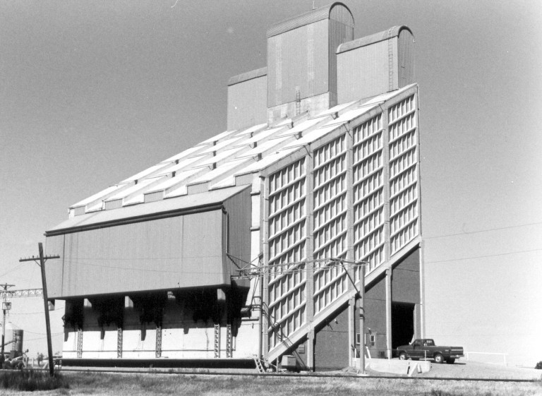 Buffalo Elevator at Magrath in 1997. (Courtesy Alberta Heritage Survey, 97-R0293-17A.)