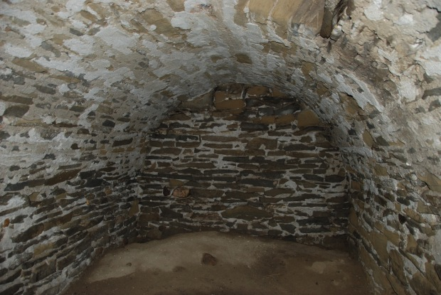 The chamber with barrel-vaulted roof made from mortared sandstone (Alberta Culture, Historic Resources Management Branch, 2011).