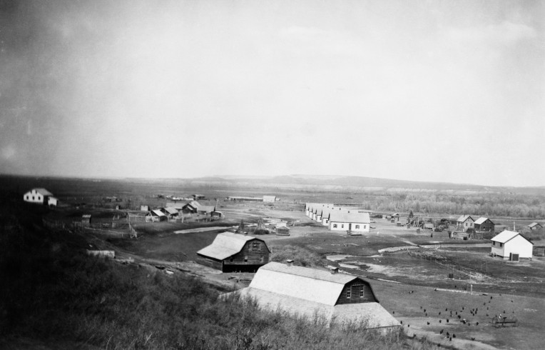 New residence buildings at Stand Off Colony, 1920. Pre-existing barns and houses were adapted for use by the Hutterites. (Glenbow, NA 2635-52).