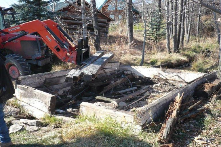 Logs with extensive lower rot were tagged for identification and the structure was carefully disassembly for repairs in a nearby Quonset. Source: JJD Contracting Ltd.